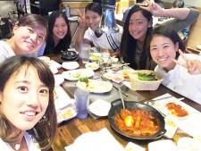 左下から時計回りに、加藤未唯、二宮真琴、小和瀬望帆、尾崎里紗、穂積絵莉、日比野菜緒