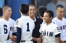 えひめ国体決勝戦後、笑顔で健闘を称え合う広陵と大阪桐蔭ナイン