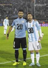 W杯予選で招致をアピールするメッシ(アルゼンチン)とスアレス(ウルグアイ)