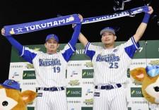 日本シリーズ第5戦のヒーロー、山崎康晃(左)と筒香嘉智