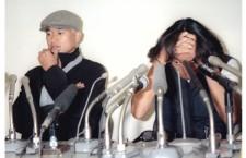 W杯メンバーから漏れ、帰国後に空港での会見に臨んだ北澤豪(右)と三浦知良。photo by Kyodo News