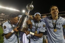 ラヌスを破り、リベルタドーレス杯を掲げるグレミオの選手たち