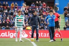 試合前のセレモニーに登場した(右から)柴崎岳、ハビエル・フェルナンデス、乾貴士