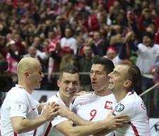 ゴールを決めたレバンドフスキに駆け寄るポーランド代表の選手たち