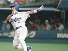 横浜移籍後も強打の外野手として活躍し、1998年の日本一にも貢献した中根仁