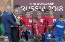 ロシアW杯のチケット販売に合わせて行なわれた「トロフィーツアー」に出席したプーチン大統領photo by AP/AFLO