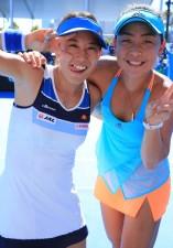 昨年の全豪オープンダブルスで快進撃を見せた加藤(左)と穂積絵莉