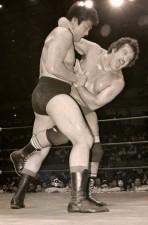 全日本のマットで戦うジャンボ鶴田(左)とビル・ロビンソン(右)