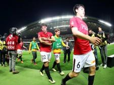ホームで逆転負けを喫し、険しい表情で引き上げる浦和の選手たち