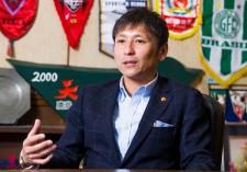 テレビ解説でもおなじみの中田浩二。現在、所属は鹿島アントラーズ事業部