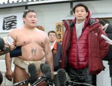 3月1日に取材に応じた貴乃花親方(右)と貴ノ岩(左)