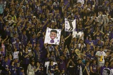 スタンドから選手たちへエールを送る広島サポーターたち photo/Getty Images
