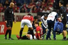 右ひざを負傷し、ピッチへ倒れ込む柏木 photo/Getty Images