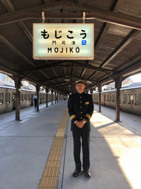 制服を着た門司港駅・松尾駅長