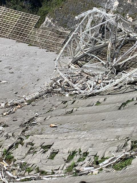 崩壊したアレシボ電波望遠鏡