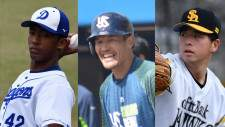 ソフトバンク・松田遼馬(左)とヤクルト・坂口智隆ⒸSPAIA