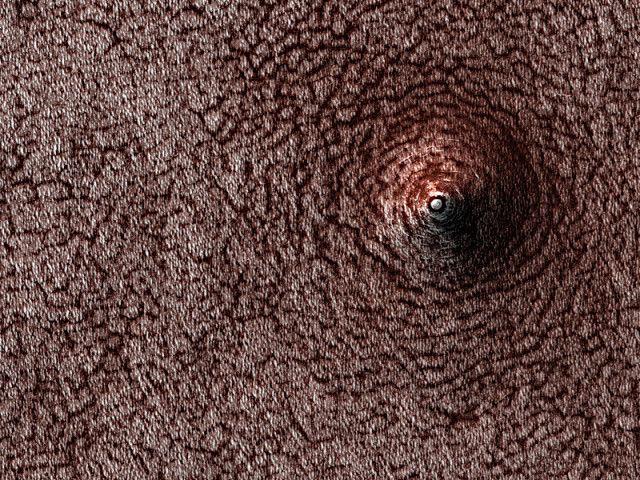 火星の南極にある、へこんだくぼみ? 盛り上がったドーム?