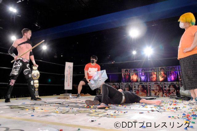 DDT UNIVERSAL王座戦線は混沌!王者・佐々木大輔をクリス・ブルックス、吉村直巳、MAOが包囲し4WAYでの王座戦へ!