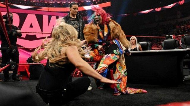 【WWE】調印式は大混乱!アスカ、「ワシを噛んでみろ」とシェイナを挑発