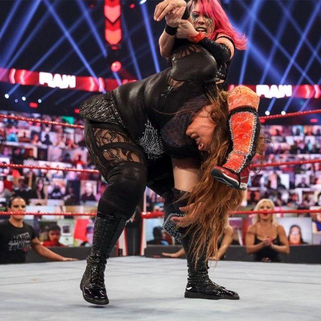"""【WWE】""""女帝""""アスカが""""大女""""ナイアとの一騎打ちで反則勝ち"""