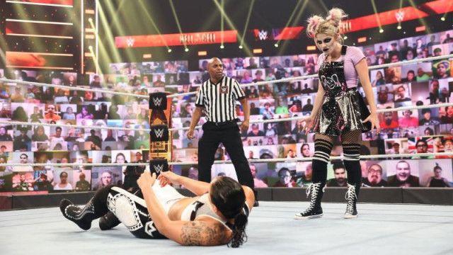 """【WWE】""""小悪魔""""アレクサ・ブリスが呪術で翻弄して敵対するシェイナ・ベイズラーを撃破"""