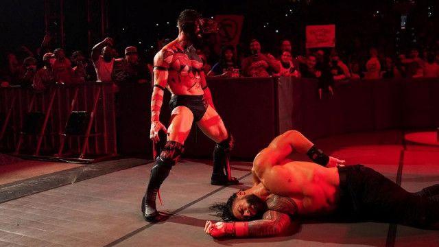 "【WWE】""ザ・デーモン""ベイラーが暗闇から現れてPPV戦を前に王者レインズを襲撃KO"