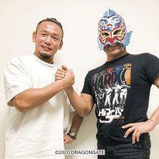 握手をするYAMATOとグルクンマスク