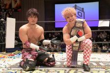 DDTサウナ部対決を制した勝俣(右)とMAO(左)