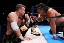 IWGP世界ヘビー級選手権で戦うオスプレイと鷹木