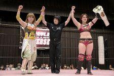 メインイベントで勝利した坂崎(左)と山下(右)