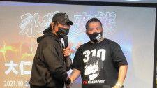 FMW-E参戦が決定した佐藤(右)と大仁田(左)