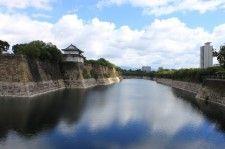 大阪城(大阪府)南外堀は多数の大名が携わる大がかりな普請により、堀幅約70m、石垣の高さ(水面から)は約22mという全国屈指の規模を誇る