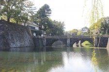 東京屈指の観光名所である江戸城二重橋。写真左の西の丸大手門は、皇居の正門となる