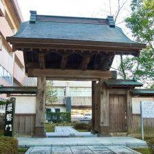 移築復元された薬医門は学校の敷地にあるので、気をつけて見学しましょう!