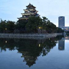 近代的な街並みに溶け込む広島城。水堀に天守がよく映える