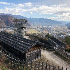 戦国時代の山城には、天守のような恒常的な建物はなく、簡易的な物見櫓や掘立小屋が建っている程度だった(戦国時代の建物が推定復元されている荒砥城)