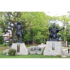 名古屋市の桶狭間古戦場公園に立つ、織田信長像(写真左)と今川義元像(写真右)。愛知県名古屋市と豊明市にまたがる桶狭間一帯には、戦いに関連する史跡や城跡が多数存在する