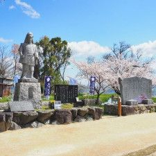 坂本城跡はほぼ城の痕跡を残しておらず、光秀の石像だけがたたずむ。いろいろと残念な城跡である