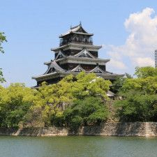 旧国宝だった広島城は昭和20年(1945)8月6日の原爆投下で被爆した。天守は爆風に耐えたものの、下層が衝撃でもろくなったために自重に耐えきれず倒壊してしまった