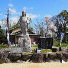 坂本城趾公園に立つ、明智光秀の石像と碑