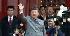 中国共産党創設100年の祝賀式典で天安門の壇上から手を振る習近平国家主席(7月1日)=片岡航希撮影