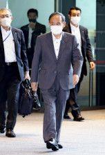 首相官邸に入る菅首相(22日午前)=源幸正倫撮影