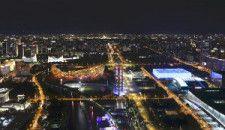 北京冬季五輪の開会式が行われる国家体育場「鳥の巣」(中央左)と、カーリング会場になる国家水泳センター(同右)(8月1日)=片岡航希撮影