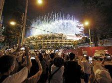 国立競技場周辺で五輪開会式の様子を楽しむ人たち(7月23日)