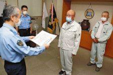 難波署長から善行賞を伝達される松田さん(中央)と井上さん(右)(高梁署で)