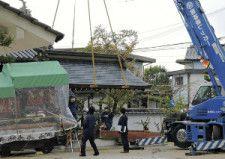 落下した手水舎をクレーン車で引き上げ現場検証する兵庫県警の捜査員ら(左が衝突しただんじり)(2014年10月6日)