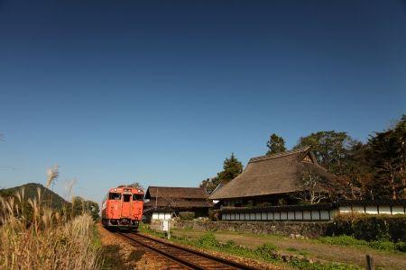 昭和の風景が残る芸備線を行くキハ40形