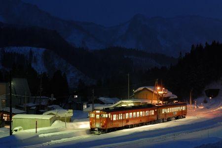 雪国の駅の夜