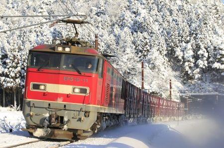 雪の北陸路を行くレッドサンダー