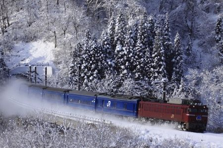 雪景色の中を行く「あけぼの」